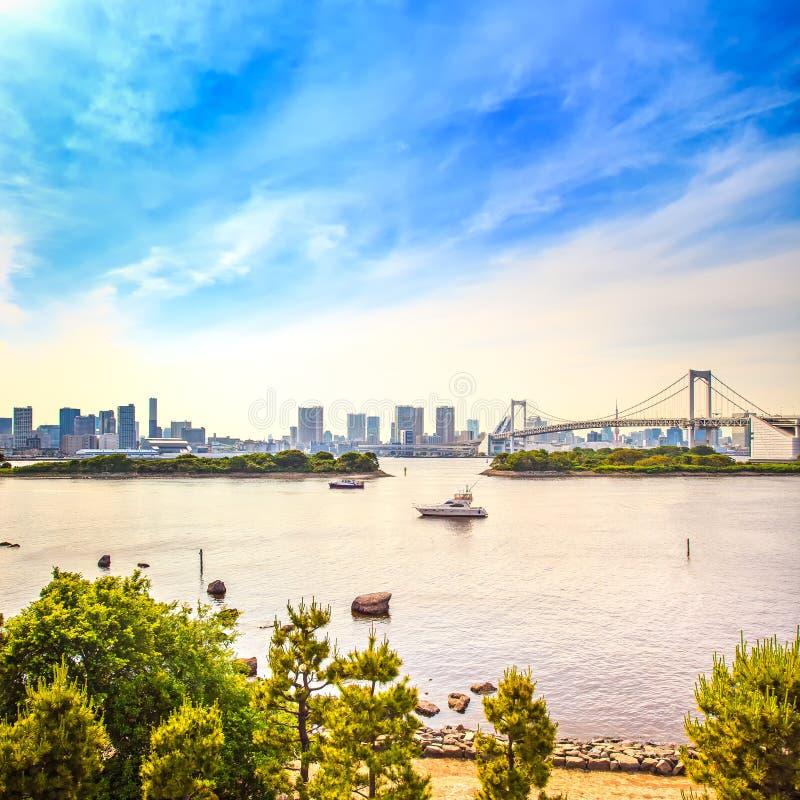 东京与彩虹桥和海湾的日落地平线从Odaiba。日本 免版税库存照片