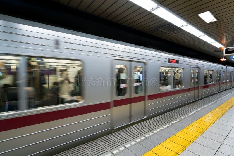 東京地鐵站和平臺的內部有地鐵comm的圖片