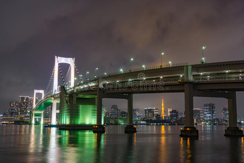 东京塔和彩虹桥梁在东京,日本 库存图片
