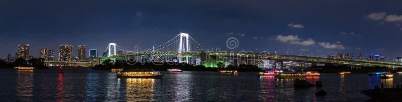东京湾和彩虹桥梁在晚上, Odaiba,日本全景视图有都市风景的 免版税库存照片