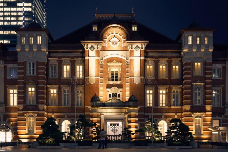 东京站的夜视图有marunouchi摩天大楼的在蓝色晚上天空下 图库摄影