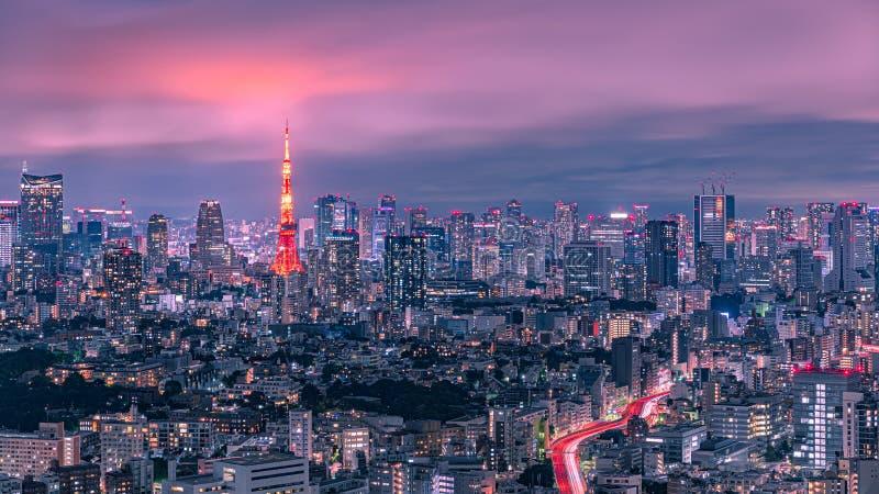 东京铁塔和都市地平线在黄昏 免版税库存照片