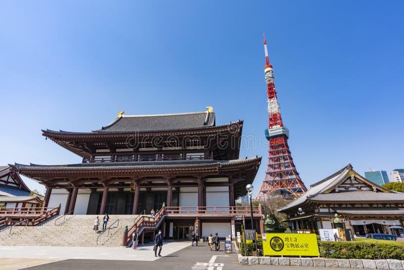 东京铁塔和Zojoji寺庙看法在日本 免版税库存照片