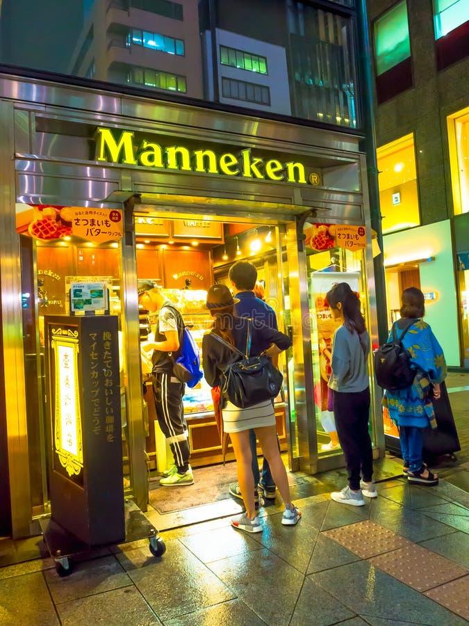 东京,日本-大约2016年9月:金黄盖氏街道的餐馆在东京 库存照片