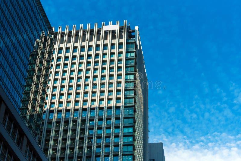 东京,日本- 2017年10月31日:一个高楼的看法在城市`的中心 底视图 复制文本的空间 免版税库存照片
