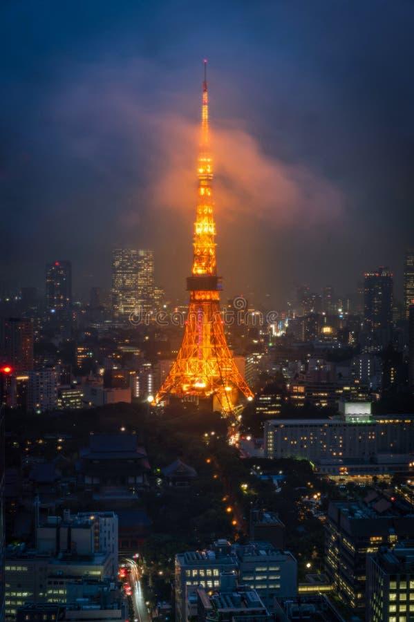 东京,日本- 2018年6月18日:在薄雾中的东京铁塔在twiligh 库存照片