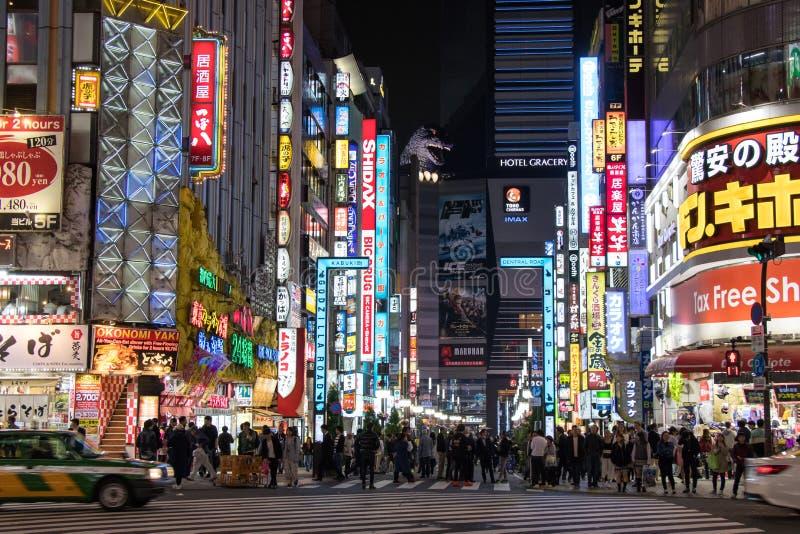 东京,日本- 2017年4月24日:夜Kabukicho d街道视图  图库摄影