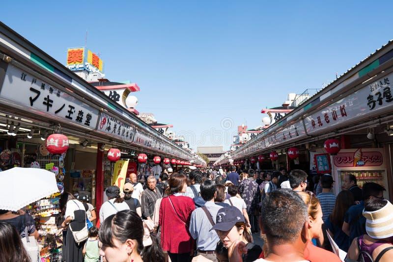 东京,日本- 2018年10月7日:游人是走和参观Sensoji寺庙 免版税图库摄影
