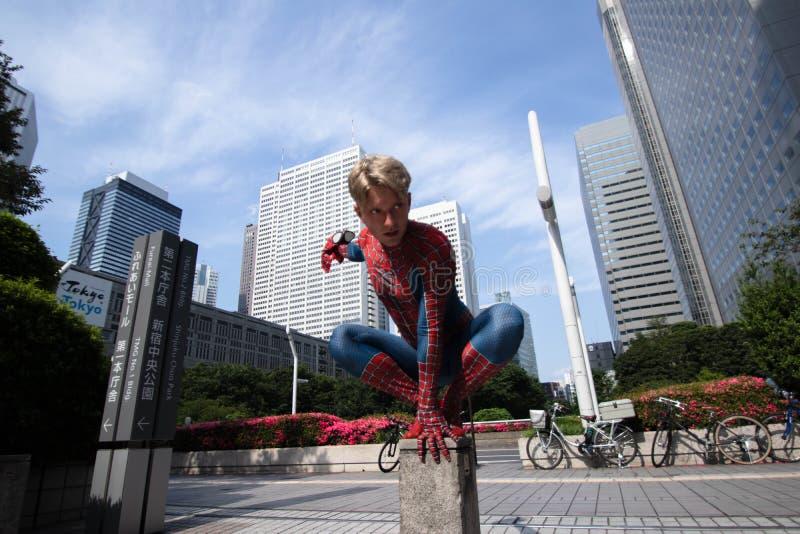 东京,日本- 2019年6月15日:超级英雄服装可笑的奇迹高空作业的建筑工人的人在街道上 库存照片
