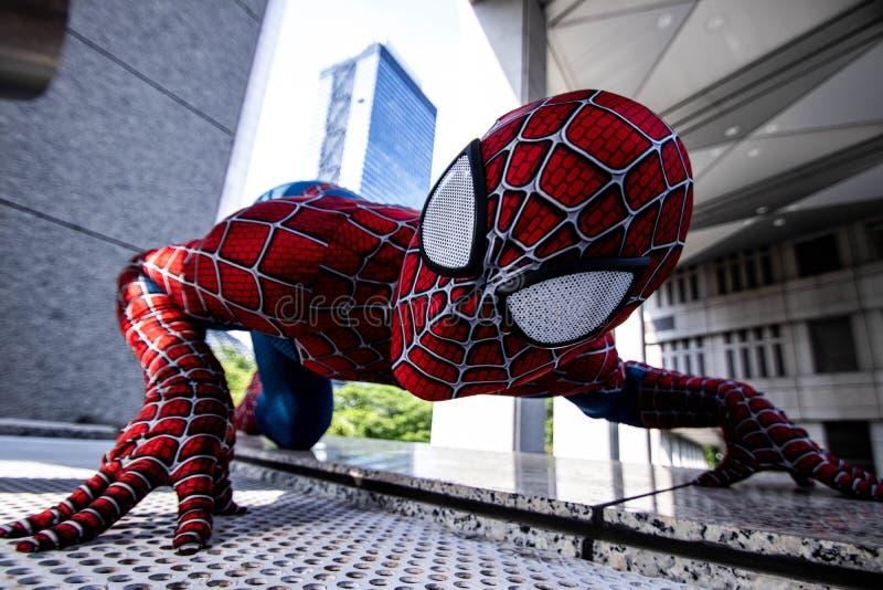 东京,日本- 2019年6月15日:超级英雄服装可笑的奇迹高空作业的建筑工人的人在街道上 免版税库存图片