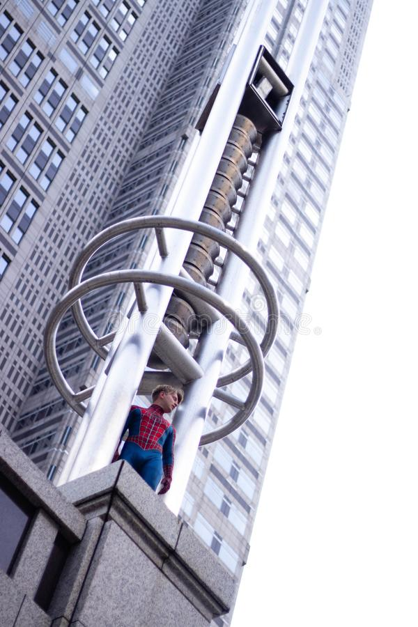 东京,日本- 2019年6月15日:超级英雄服装可笑的奇迹高空作业的建筑工人的人在街道上 库存图片