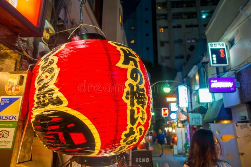 东京,日本2017年6月28日- :有Japanesse信件的红色灯笼在传统小街酒吧的晚上在新宿 免版税库存图片