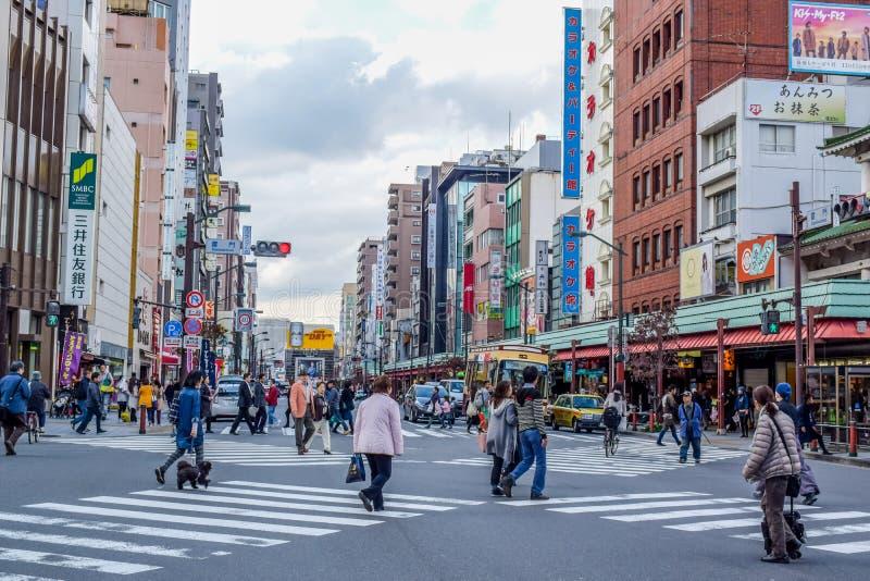 东京,日本- 2015年11月:人们穿过路在浅草地区,东京,日本 免版税库存图片