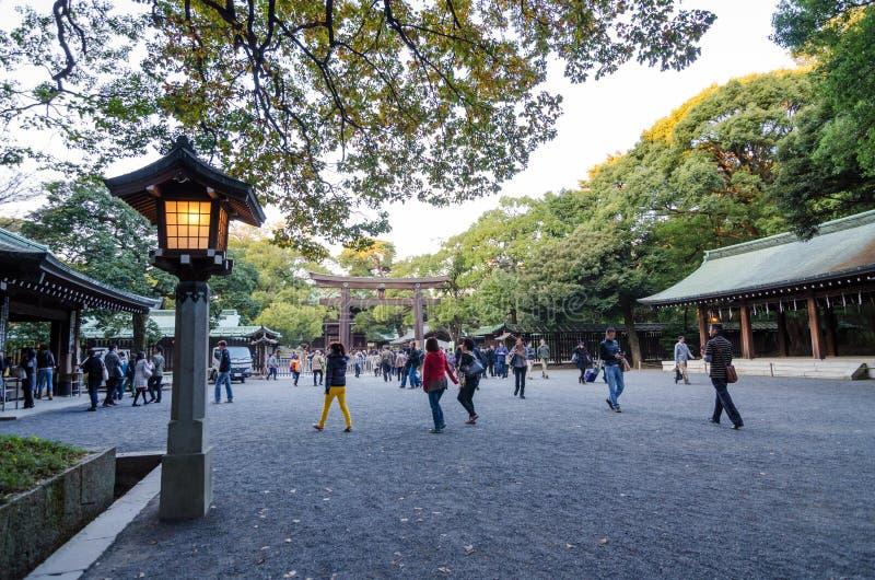 东京,日本- 2013年11月23日:旅游参观Torii门 免版税库存照片