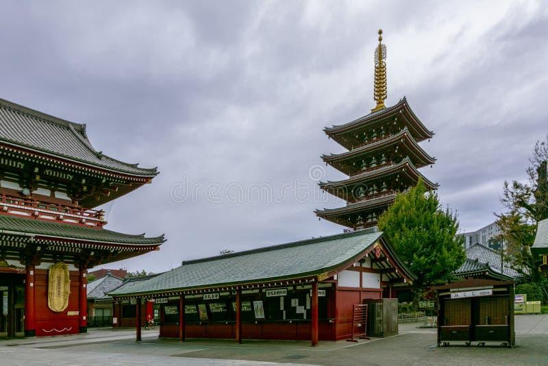 东京,日本- 11月21日2018年Sensoji寺庙或浅草Kannon寺庙有东京晴空塔的在下雨前 图库摄影
