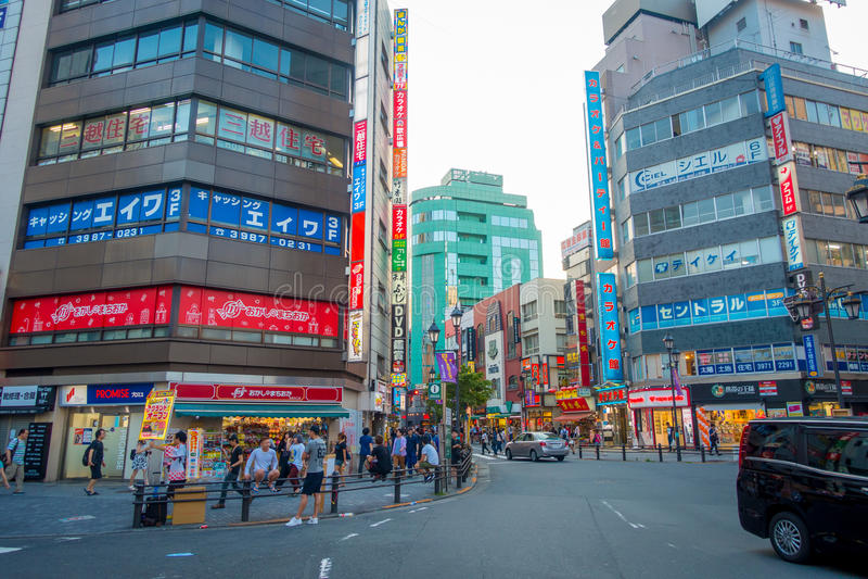 东京,日本2017年6月28日- :穿过街道的Unidentifies人使用行人穿越道在东京池袋区  库存图片