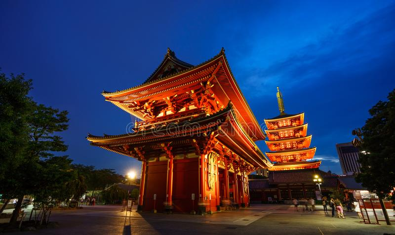 东京,日本- 8月23 :走在2017年8月23日的Senso籍寺庙的人们在日本 库存照片