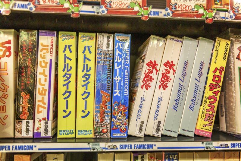东京,日本04/04/2017 电子游戏的分类在箱子的在货架 免版税库存图片