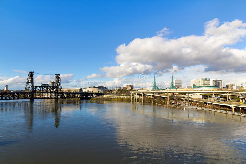 东北波特兰地平线和钢桥梁 库存图片