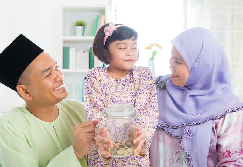 东南亚马来的家庭挽救金钱 库存图片