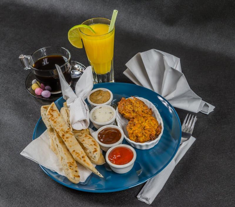 东方印地安人集合、naan面包和葱bhaji,四个调味汁, b 库存照片