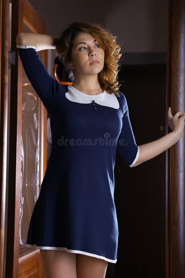 东方女孩在礼服的一家旅馆里 免版税库存图片
