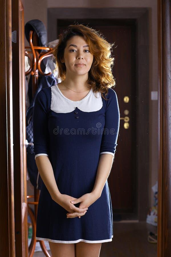 东方女孩在礼服的一家旅馆里 免版税库存照片