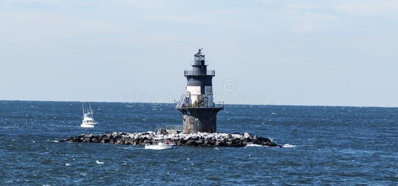 东方点灯塔在一个大风天 免版税库存图片