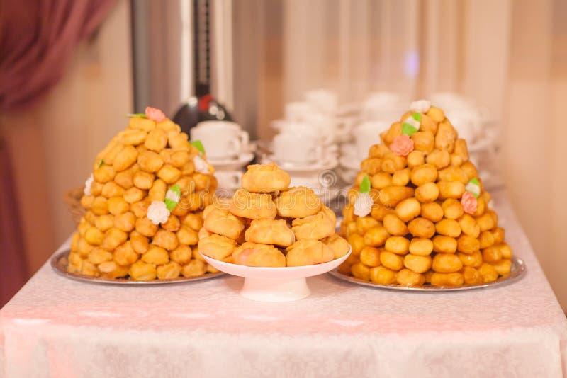 东方甜点chak-chak用蜂蜜和芝麻籽 免版税图库摄影