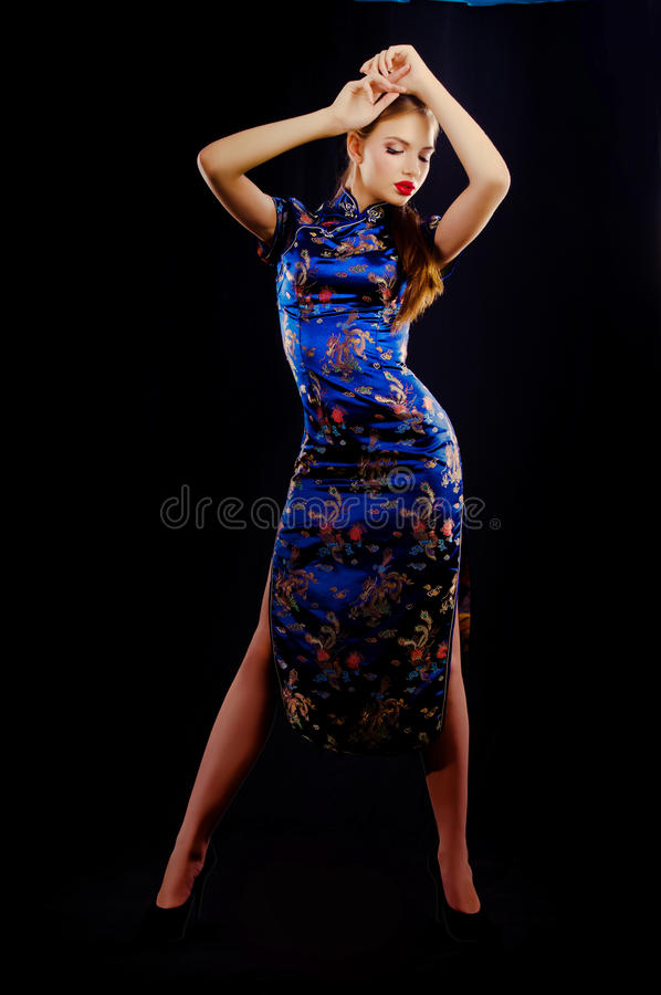 东方礼服的年轻美丽的女孩 库存照片