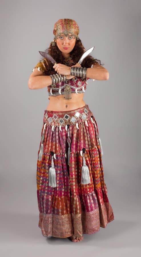 东方舞蹈演员印第安的knifes 库存图片