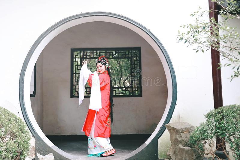 东方艾萨中国女演员北京京剧服装亭子庭院中国传统戏曲戏剧礼服执行古老 免版税图库摄影