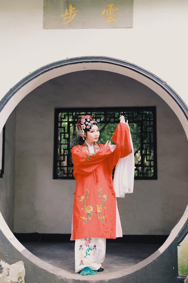 东方艾萨中国女演员北京京剧服装亭子庭院中国传统戏曲戏剧礼服执行古老 免版税库存图片