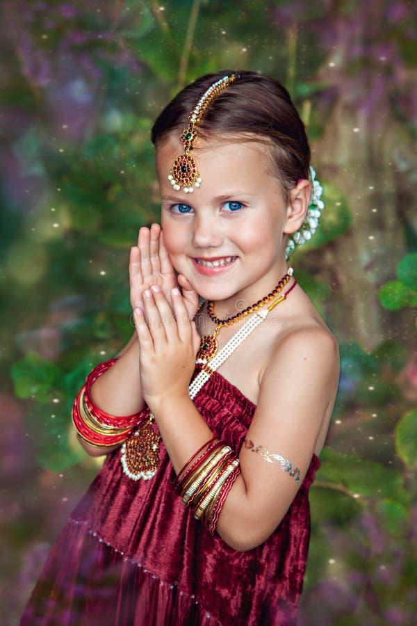 东方衣物的美丽的矮小的白种人女孩 免版税图库摄影