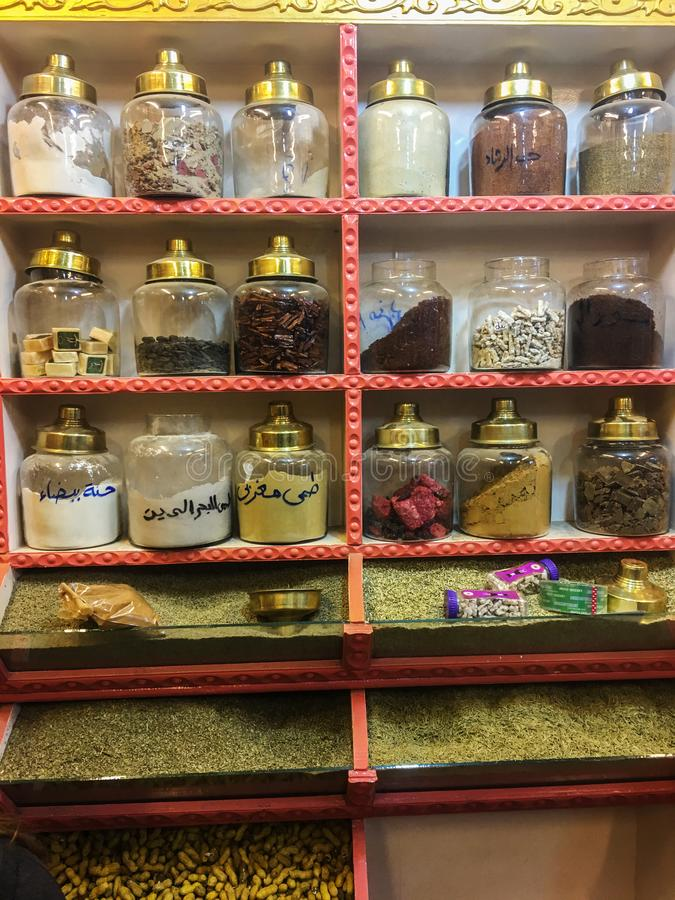 东方调味品的一个大分类在一个架子的在一家东方商店,食物营养概念,埃及,2019年 免版税图库摄影
