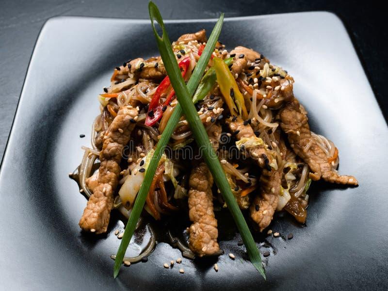 东方餐馆食物膳食面条猪肉 免版税库存图片