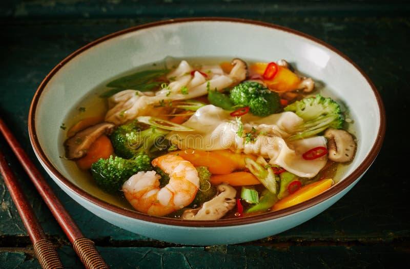 东方馄饨汤用饺子和虾 免版税库存图片