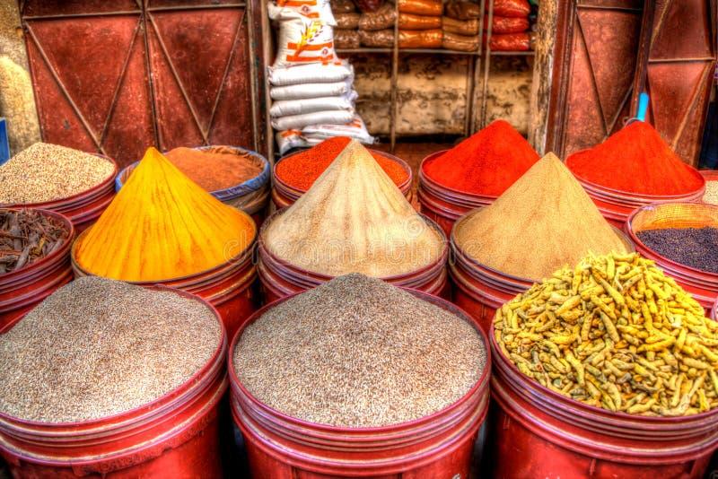 东方香料和种子象番红花和辣椒粉被暴露待售 免版税库存图片