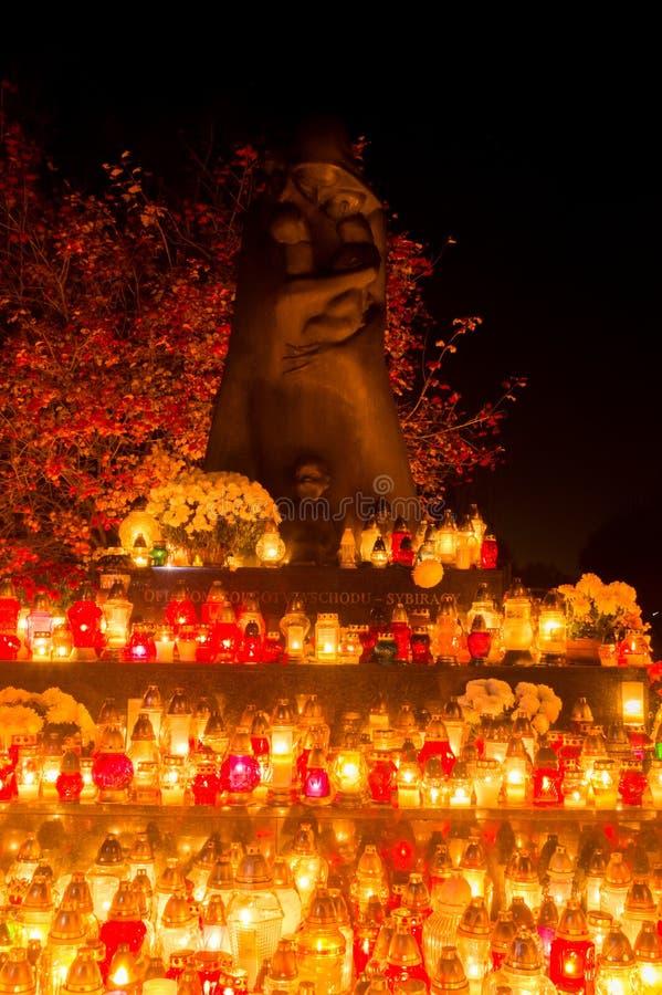 东方Golgotha纪念碑的受害者与发火焰蜡烛的在诸圣节 在格但斯克Lostowice公墓的纪念碑 免版税图库摄影
