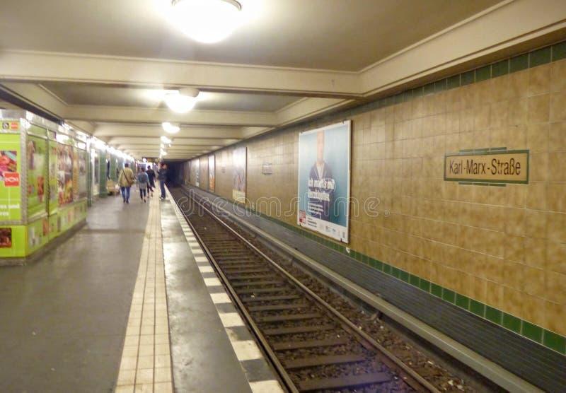 东柏林的古老黄色地铁站告诉了卡尔・马克思Strasse 德国 免版税库存图片