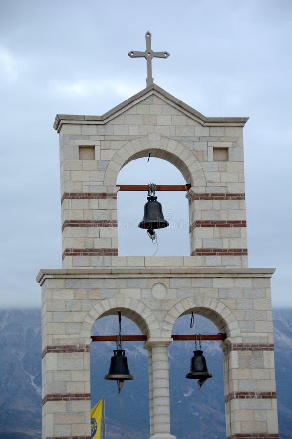 东正教的独特的钟楼有三响铃的在阿尔巴尼亚 免版税库存照片