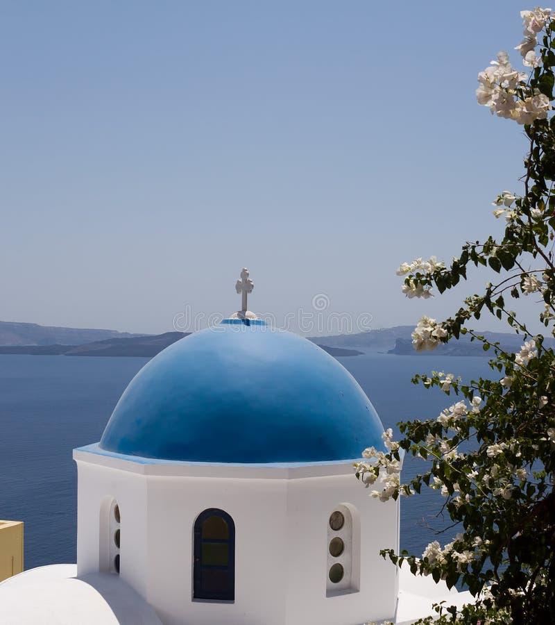 东正教的白蓝色圆顶在Oia 库存照片
