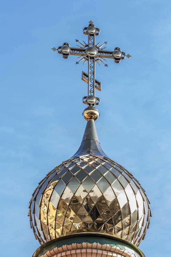 东正教的金黄圆顶和十字架 免版税图库摄影