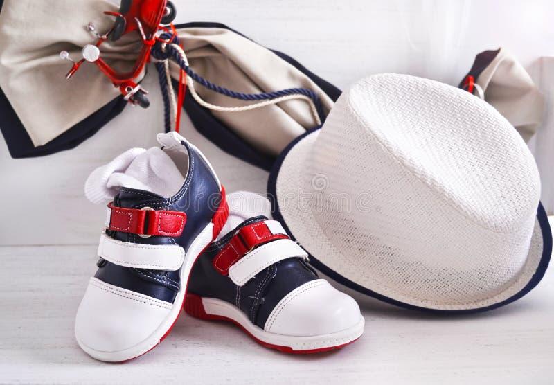 东正教洗礼仪式-男婴衣裳、鞋子和帽子 库存图片