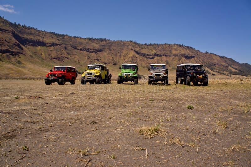 东爪哇省, INDONESIA-NOV 21 :在Blok savana的五颜六色的吉普在日出在Bromo腾格尔塞梅鲁火山国家公园点燃 免版税库存图片