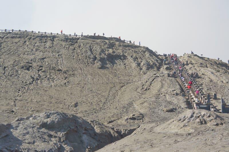 东爪哇省, INDONESIA-NOV 21 :足迹的未定义游人对登上Bromo火山口在Bromo腾格尔塞梅鲁火山国家公园 免版税库存图片