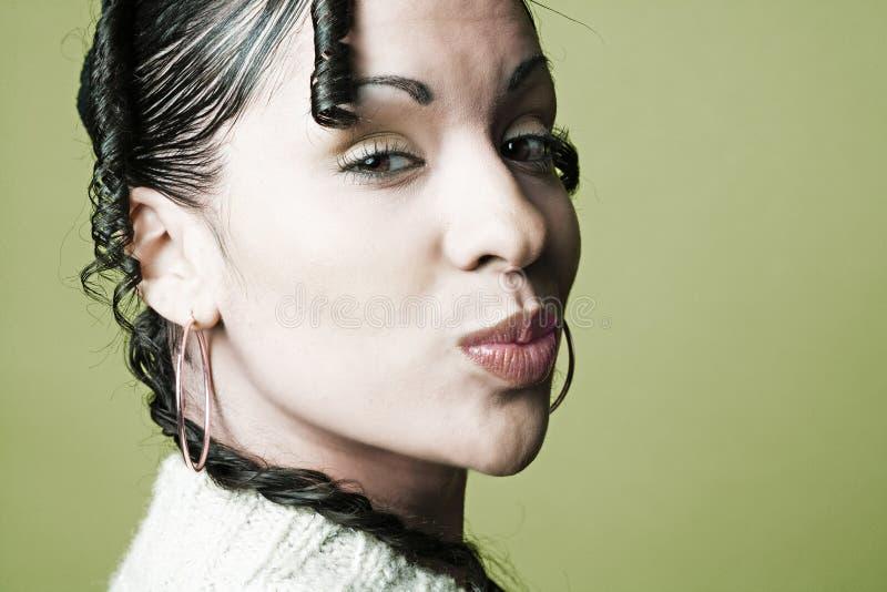 东部嘴唇中间纵向被起皱的妇女 免版税库存图片