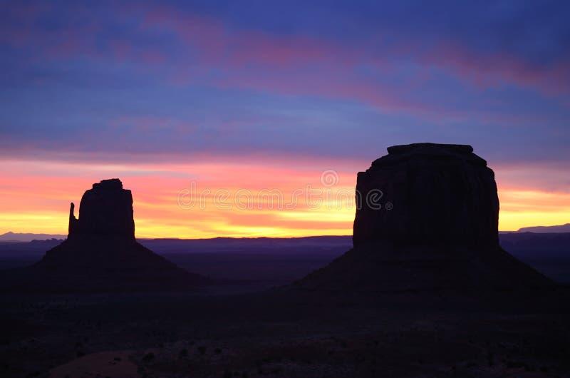 东部手套和梅里克小山日出,纪念碑谷 免版税库存照片