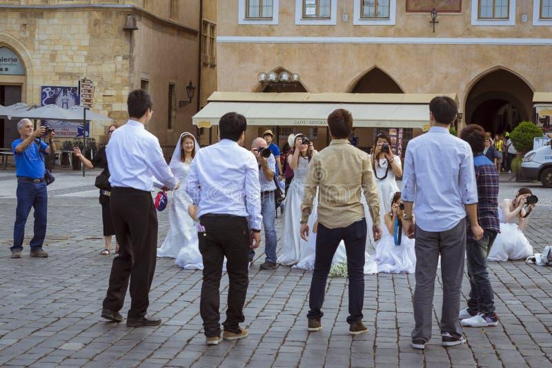 东部新娘为他们的新郎照相 免版税图库摄影