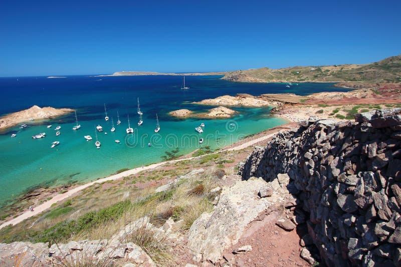 东部看法Pregonda海滩,其中一个最美丽的斑点在Menorca,巴利阿里群岛,西班牙 库存图片